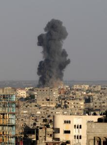 Una nube de humo surge en Rafah, al sur de la Franja de Gaza, tras el ataque aéreo de Israel el martes 19 martes (UPI/Ismael Mohamad)