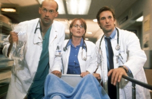 Dr. Green (Anthony Edwards), Dra. Wwaver (Laura Innes) y Dr. Carter (Noah Wyle) de la serie Urgencias