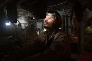 La acción se centra en el interior del tanque Sherman, además de arma, hogar y refugio de sus cinco tripulantes.