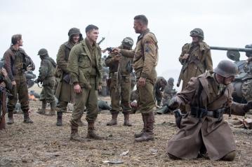 """David ayer no escatima en escenas de obrecogedora crueldad y crudeza como la que refleja este fotograma en que """"Chacal"""" Collier obliga al novato a ejecutar a un soldado alemán."""